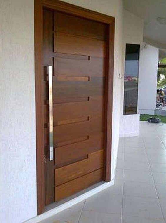 Puerta de entrada en madera, de seguridad.